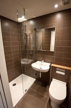 Banheiro pequeno marrom com box