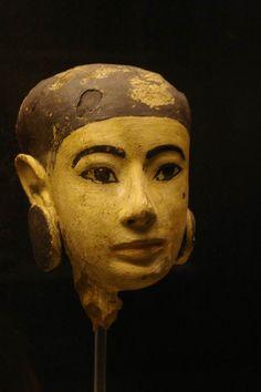Tête d'une statue en bois stuqué provenant de la tombe d'Aper-El. XVIIIe dynastie. Saqqarah.