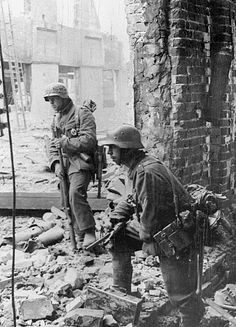 """The Battle of STALINGRAD. Wehrmacht infantry in the destroyed factory """"Barricades"""" in Stalingrad. Oct. 1942"""