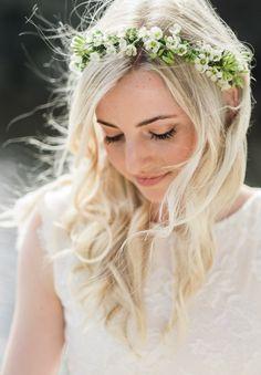 Delicate white flower crown // bridal hair inspiration // flower corwn ideas // HANNAH CHRISTO
