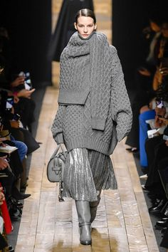 Michael Kors OFF! Feb 21 2020 - The complete Michael Kors Collection Fall 2020 Ready-to-Wear fashion show now on Vogue Runway. Knitwear Fashion, Knit Fashion, Fashion Week, Fashion 2020, New York Fashion, Runway Fashion, Spring Fashion, Fashion Trends, Fashion Outfits