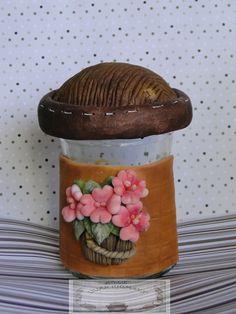 Pote de vidro decorado em biscuit R$ 35,00