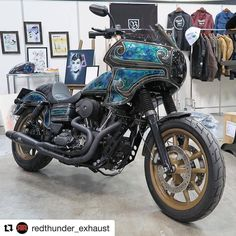 @redthunder_exhaust @hotbikemag This @gen_loveearart painted #Harley #DynaLowrider was one of the coolest late-model bikes we saw at the @mooneyesjp #HRCS2017 show. #redthunderexhaust #redthunder @redthunderexhaust_usa @redthunderexhaust_europe @redthunder.australia @redthunder_exhaust