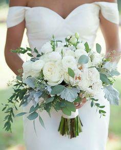 Vi no lindo IG @vestidosparacasar Inspiração para os casamentos diurnos. Feito em ranunculus branco e eucalipto.