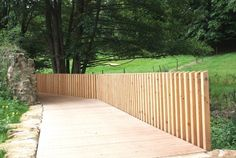 Passerelle avec garde-corps terminée Retaining Wall Drainage, Fence Gate, Fence Design, Car Wash, Landscape Design, Entrance, Sidewalk, Yard, Outdoor Decor