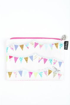 I think that the bunting is absolutely wonderful and is making me very happy to want this pencil case !