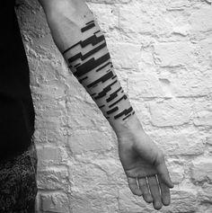 Tatoueur russe basé à Moscou,Stanislaw Wilczynski réalise des oeuvres reconnaissables au premier coup d'oeil. Ses tatouages sont une combinaison de lignes