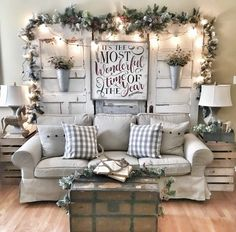 Looking for for inspiration for farmhouse christmas tree? Browse around this website for cool farmhouse christmas tree inspiration. This kind of farmhouse christmas tree ideas seems absolutely excellent. Decoration Christmas, Farmhouse Christmas Decor, Decoration Table, Country Christmas, Winter Christmas, Christmas Home, Farmhouse Decor, Christmas Crafts, Farmhouse Style