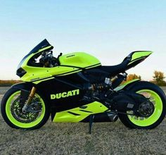 Change the neon color and this scheme would be savage. Yamaha Bikes, Ducati Motorcycles, Custom Motorcycles, Moto Bike, Motorcycle Bike, Moto Ducati, Bmx Bicycle, Motorcycle Quotes, Ducati Custom