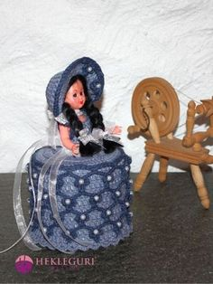 Ninni Dorulldukke. (PDF) - Hekleguri Design Dolly Varden, Toilet Roll Holder, Bassinet, Baby Strollers, Retro, Children, Crochet, Pdf, Home Decor