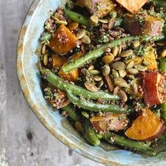 {recipe} Sweet Potato Quinoa Salad with Kale Pesto - the perfect light dinner. Tasty and nutrient-rich, chock full of green beans and pumpkin seeds. Kale Pesto, Pesto Salad, Sweet Potato Green Beans, Sweet Potato Quinoa Salad, Bulgur Salad, Fennel Salad, Clean Eating Recipes, Healthy Eating, Salad