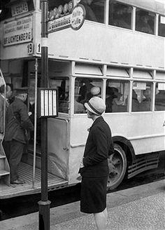 1928 An der Bushaltestelle in Berlin (Linie 19 Richtung Bahnhof Lichtenberg)