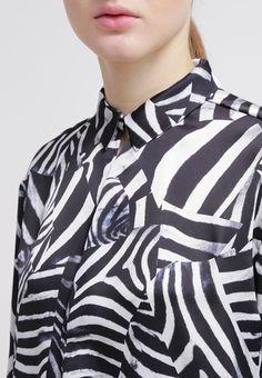 Draag deze blouse met een jeans in combinatie met een paar bikerboots voor een super look!