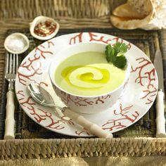 Servido con un chorrito de aceite de oliva Virgen Extra, este gazpacho de aguacate y tomates verdes será uno de los preferidos en tus cenas.