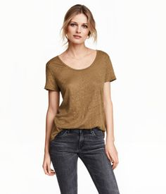 T-shirt in linen jersey with a slightly lower-cut neckline. Rounded hem, slightly longer at back.