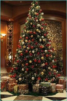 21 Old Fashioned Christmas Decor Ideas Old Fashioned Christmas Decor Ideas I've always been a devotee of the good old Christmas. Get the tree decorated, prepare Christmas cookies (I'm parti. Old Fashion Christmas Tree, Christmas Tree Tops, Gold Christmas Decorations, Christmas Tree Themes, Simple Christmas, White Christmas, Christmas Lights, Christmas Diy, Christmas Cookies