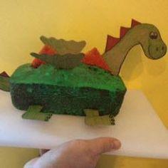 Kein Rittergeburtstag ohne #Drachen! Dieser #Drachenkuchen ist total einfach gebacken und kommt garantiert bei jedem kleinen Ritter beim #Kindergeburtstag super an. Man kann auch einen #Dinosaurier-Kuchen so machen, dann einfach einen Dinosaurierkopf malen und die Flügel weglassen. Das Rezept gibts auf Allrecipes http://de.allrecipes.com/rezept/14677/drachenkuchen-oder-dinokuchen.aspx