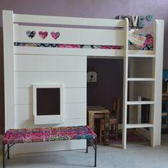 Bed Jelske, hoogslaper in het wit. Welk meisje droomt er nu niet van zo'n bed? Een hoogslaper met speelruimte eronder. Als je wilt kunnen we er een bureau onder maken!