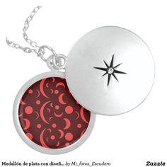 Medallón de plata con diseño de lunas