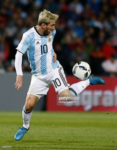 Leo Messi seconds before scoring the winning goal in a World Cup Qualifier game against Uruguay Neymar, Lional Messi, Messi And Ronaldo, Cristiano Ronaldo, Ronaldo Real, Fc Barcelona, Barcelona Soccer, Messi Argentina 2018, Lionel Messi Biography