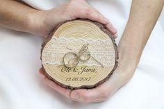 So einzigartig wie Du - Liebevolle Dekorationen für den schönsten Tag im Leben Das rustikale Ringkissen aus einer Baumscheibe mit weißer Spitze wird liebevoll von uns mit den Wunschinitialen des...