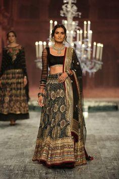 Tarun Tahilianiat India Couture Week 2016 - Look 3                              …