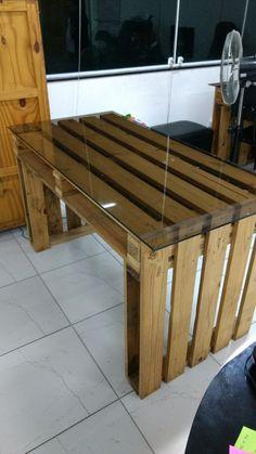 Mesa de Pallets e vidro de box de banheiro