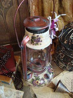 Купить или заказать Лампа керосиновая 'Violette' в интернет-магазине на Ярмарке Мастеров. РЕЗЕРВ старенькая керосиновая лампа.. воспоминания о прошлом... ....Двадцать первый век, а в доме электричество чудит! Слава Богу, Ее Светлость Керосиновая Лампа, Как наследство родовое, добросовестно чадит. Ах, былое удалое, гужевое, дрожжевое, Столько страхов претерпело, столько бед перемогло, А, гляди-ка, ретивое, до сих пор еще живое И следит за мною через закопченное…
