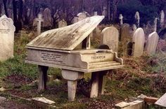 Highgate cemetery in North London. Harry William Thornton, a pianist who held the record of continuous piano playing: 21 hours, 17 minutes and 56 seconds! Note that accordingly, his tomb is piano shaped Cemetery Statues, Cemetery Headstones, Old Cemeteries, Cemetery Art, Graveyards, Angel Statues, Cemetery Monuments, Highgate Cemetery London, Dark Side