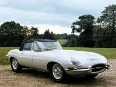 """Symbole des années 1960, la Jaguar E-Type Roadster est l'un des plus beaux cabriolets du XXe siècle. Produite de 1961 à 1975, la E-Type offre une élégance """"So British"""" et des performances de haut-vol. Son capot immense, sa ligne élancée et ses petites rondeurs contribuent au look attachant de la voiture. La Jaguar E-Type ne mise pas seulement sur sa plastique mais également sur son moteur. L'Anglaise profite en effet du bloc 6 cylindres 3.8 l puis 4.2 l reconnu pour sa puissance."""