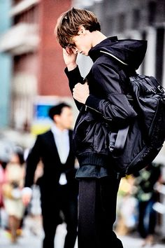 Men's Fashion‍ green color roof - Green Things Human Reference, Pose Reference, Beautiful Boys, Pretty Boys, Look Fashion, Mens Fashion, Suit Fashion, Male Poses, Looks Cool