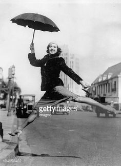 Unknown : Artful jump of the ballet-dantcer Margaret West over a curbstone, Photograph, May 2nd 1933