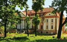 """Pałac """"Nowy Dwór"""" w Legnicy  powstał w XIX wieku, a w XX - pozostałe zabudowania. Przed wojną znajdowała się tu restauracja oraz dom spokojnej starości. W 1925 roku pałac został kupiony przez miasto. Obecnie niszczeje i czeka na nowego właściciela. Pomimo zaniedbania nadal wygląda imponująco. Otacza go piękny park ze starodrzewiem, do którego prowadzą kamienne schody. Pozostałe zabudowania dworskie zostały wyremontowane i przeznaczone do przyjmowania gości."""