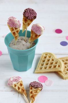 Süßes Fingerfood: Kindergeburtstag-Idee Sweet finger food – children's birthday idea: ice cream waffles are easy to prepare and e. also prepare for a kindergarten buffet. The ice cream cones waffles with chocolate can be individually decorated. Halloween Desserts, Holiday Desserts, Cupcakes, Cupcake Recipes, Dessert Recipes, Pudding Desserts, Easy To Digest Foods, Tumblr Food, Snacks Für Party