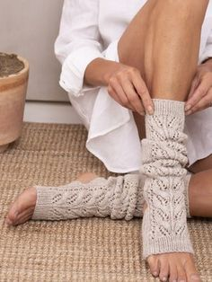Yoga socks knitted with lace knit from Novita Nalle yarn have an open toe and heel. Knitting Designs, Knitting Patterns Free, Knit Patterns, Knitting Ideas, Free Pattern, Lace Knitting, Knitting Socks, Knitted Hats, Knit Socks