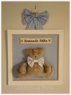 Quadro em madeira MDF com 30 cm x 30 cm pintado e forrado com tecido de algodão, nome em bordado computadorizado, ursinho em tecido felpudo no tema urso príncipe.