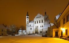 Here is the list of Top Châteaux and Castles in the Czech Republic with pictures and map. You simply must visit these Châteaux and Castles! West Home, Czech Republic, Prague, Wonders Of The World, Mansions, House Styles, Travel, Castles, Winter