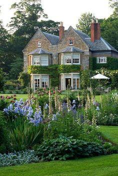 Beautiful french cottage garden design ideas 19