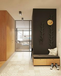 Front hall organized with padded storage bench and modern coat hooks Interior Desing, Home Interior, Padded Storage Bench, Storage Room Organization, Wooden Coat Rack, Modern Entry, Hallway Designs, Higher Design, Apartment Design