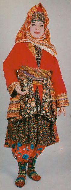 The traditional costume of village women from Karaşar (in the Beypazarı district, 130 km west of Ankara).  Clothing style: mid-20th century.  Ethnic group: Alevi Türkmen.  (Archives of Kavak/Antwerpen).