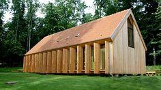 Les nombreuses baies vitrées de cette maison s'ouvrent sur le spectacle permanent de la nature. Timber Architecture, Architecture Design, Cabin Plans, House Plans, Cabin Design, House Design, Modern Barn House, Modern Prefab Homes, Archi Design