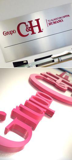 Panel de alucobond cepillado con aplicaciones de PVC de 19 y 10 mm esmaltado.