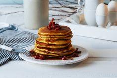Denne oppskriften på amerikanske pannekaker vil nok fort bli en favoritt til helgefrokosten. Klassikeren er å toppe pannekakene med sirup og bær, men her varierer vi med sprøstekt bacon.