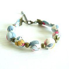Bracelet liberty of london betsy porcelaine (bleu clair ~ blanc ~ rose) - perle bois - caches nœuds métal couleur