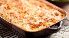 Pastagrateng med kjøttdeig Prøv en ny vri på den tradisjonelle spagettimiddagen. Her er pastaen lagt i en form med kjøttsaus, hvit saus og et saftig lag ost på toppen. 250 g pasta (etter eget ønske)500 g kjøttdeig1 stk løk1 fedd hvitløk2 ss olivenolje1.5 dl tørr hvitvin (/kjøttbuljong)1 boks hakkede