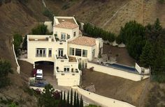 ❦ Britney Spears (Hollywood Hills) Britney Spears' former home incorporates more levels and fewer grassy areas than many of the homes belonging to her celeb counterparts. Brittany Murphy also once lived here. Celebrity Mansions, Celebrity Houses, Big Houses, Pool Houses, Tree Houses, Kobe Bryant House, Beautiful Bedrooms, Beautiful Homes, American Mansions