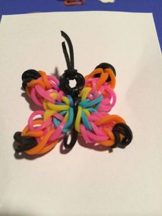 "I had a hard time choosing whether this should go on ""Creative Colors!"" or ""Animal Charms! It belongs in both! Rainbow Loom Tutorials, Rainbow Loom Patterns, Rainbow Loom Creations, Rainbow Loom Bands, Rainbow Loom Charms, Rainbow Loom Bracelets, Loom Bands Instructions, Loom Bands Tutorial, Loom Love"