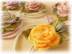 mieです  巻きバラでバッグチャームを作りました  後ろに紐(この紐も手編みです)がついていますので 持ち手にリボン結びをしてつけます ...