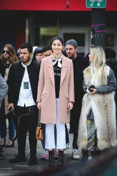 Très Parisienne, non? #refinery29 http://www.refinery29.uk/2016/02/104732/ny-fashion-week-fall-winter-2016-street-style-pictures#slide-7