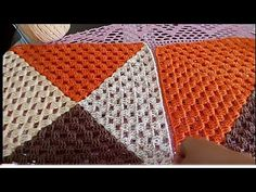 Capa p almofadas dupla face - YouTube Crochet Squares, Crochet Stitches, Crochet Designs, Crochet Patterns, Crochet Cushions, Crochet Videos, Damask, Free Crochet, Diy And Crafts